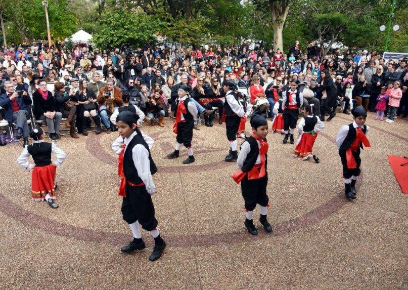 la-infaltable-tarantella-estuvo-presente-con-bailarines-del-colegio-dante-alighieri-_807_573_1627940